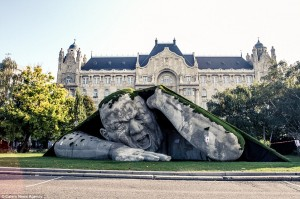2013_Budapest_Giant_Sculpture